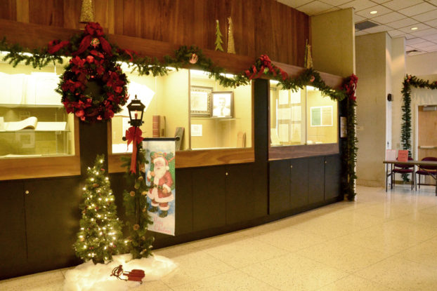 'holiday decors' from the web at 'http://mauicounty.us/wp-content/uploads/2016/12/Council-Chamber-holiday-622x415.jpg'